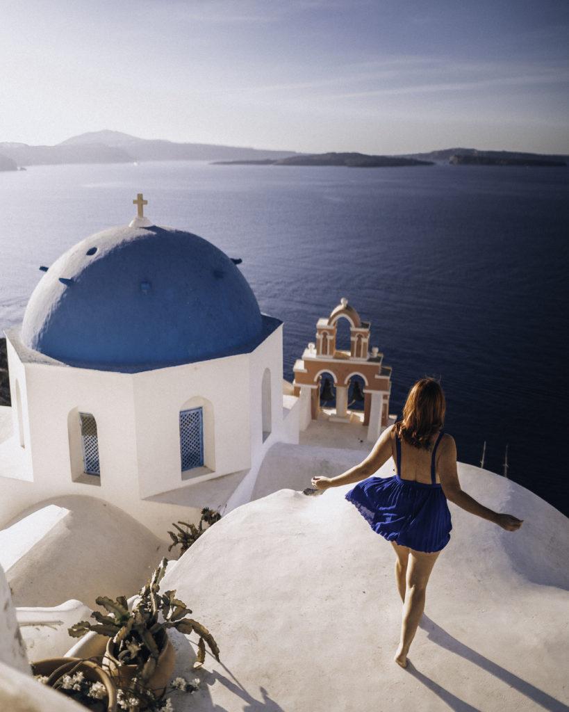Santorini-rooftop-Oía